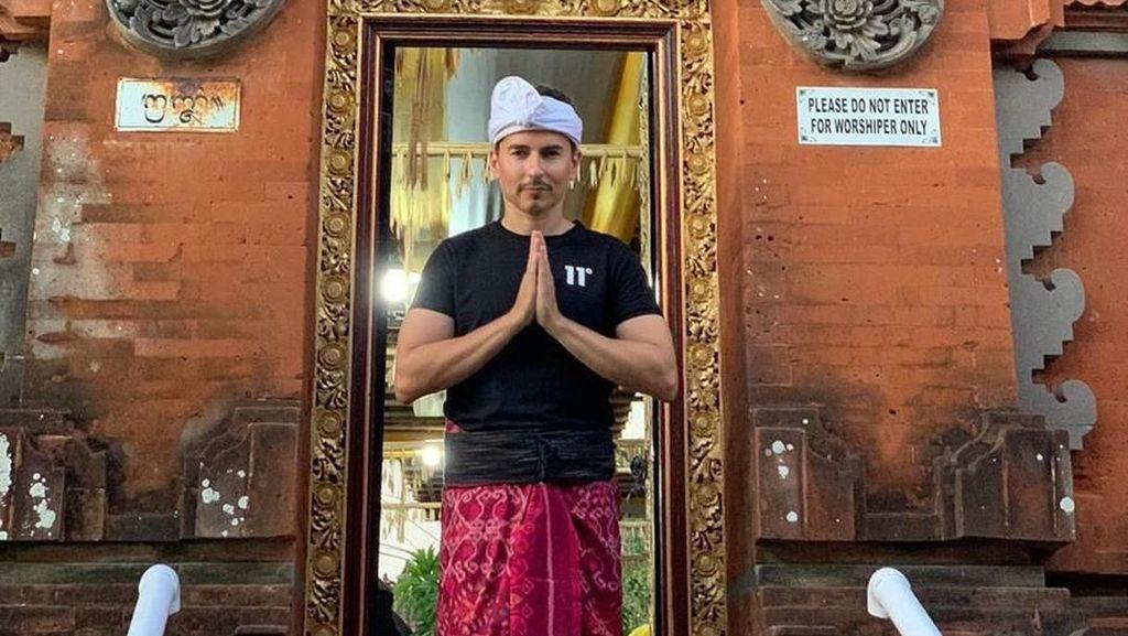 Puas Basah-basahan, Jorge Lorenzo Kini Kunjungi Pura di Bali