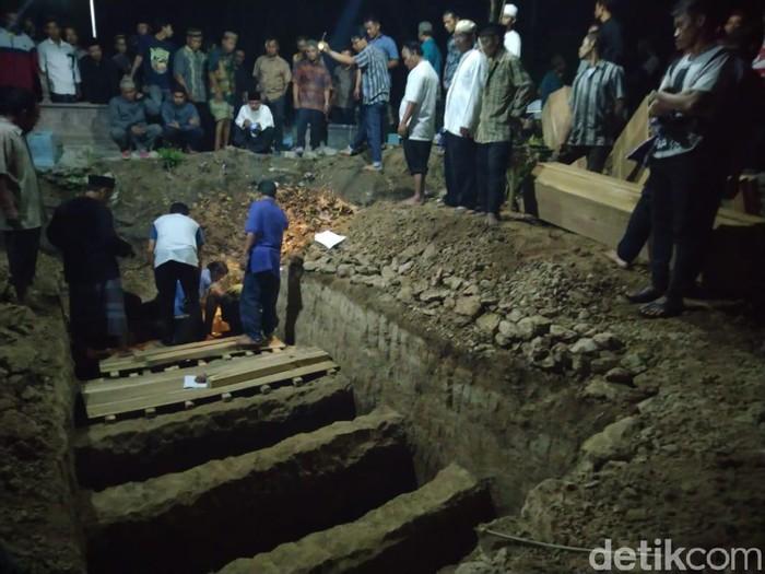 Pemakaman korban laka Tol Cipali di Sragen. (Foto: Ragil Ajiyanto/detikcom)