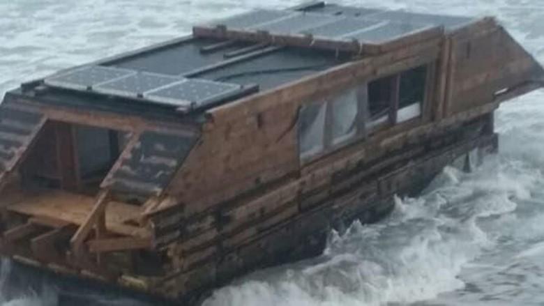 Kapal aneh bertenaga surya di Irlandia (Foto: CNN)