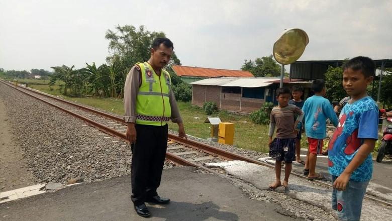 Seorang Pengendara Motor di Sidoarjo Tewas Tertabrak Kereta Jenggolo