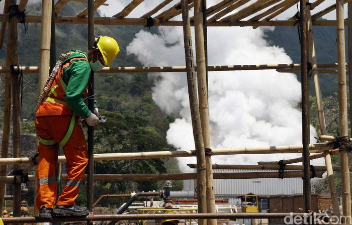 Seorang pekerja sedang menyelesiakan gedung operator untuk PLTP Sokoria di Ende, Flores, NTT. Pembangunan PLTP Sokoria dibangun oleh investor swasta berasal dari Islandia.