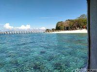 Bibir pantai Pulau Lihaga yang terlihat dari dalam kapal