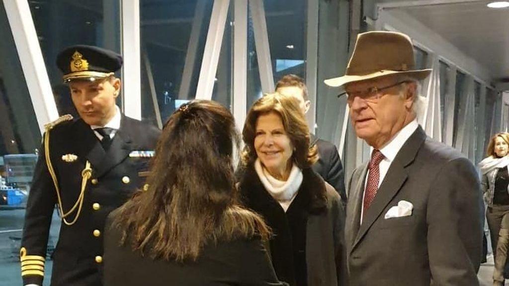 Bawa Tas Sendiri di Bandara, Raja Swedia Dipuji Netizen Rendah Hati