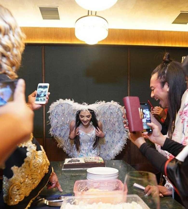 Rayakan ulang tahun, Ashanty meniup lilin kue ulang tahun dengan kostum peri yang cantik. Foto: Instagram @ashanty_ash