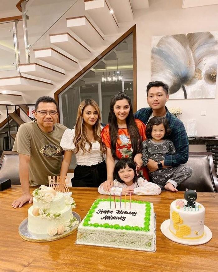 Berkumpul dengan suami dan anak-anaknya, Ashanty terima surprise kue ulang tahun. Foto: Instagram @ashanty_ash