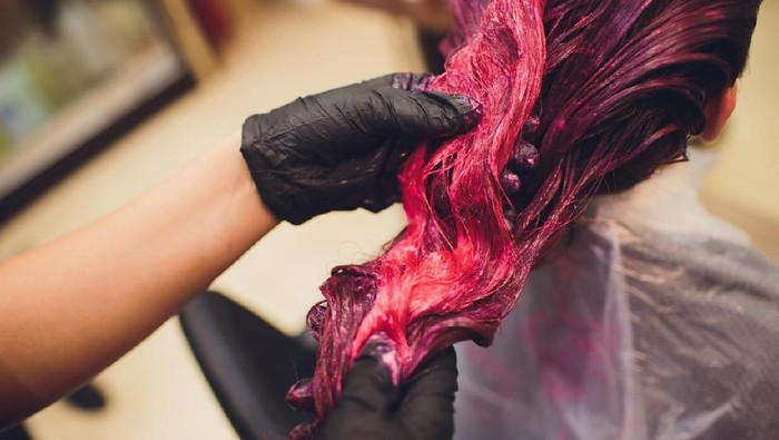 Ilustrasi mengecat rambut. Foto: iStock