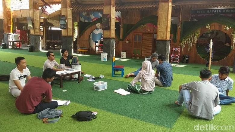 Foto: Belajar bahasa Inggris di Desa Bahasa Borobudur (Eko Susanto/detikcom)