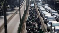 Begini penampakan aksi nekat para pemotor saat menerobos jalur bus TransJakarta.