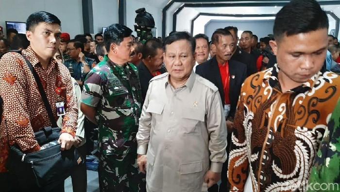 Menhan Prabowo Subianto dan Panglima TNI Marsekal Hadi Tjahjanto meninjau pameran alutsista di Kemhan, Jakarta Pusat. (Yoki/detikcom)