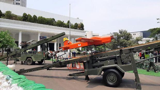 Prabowo mengatakan industri pertahanan BUMN dan swasta harus bekerja sama dalam meningkatkan pertahanan.