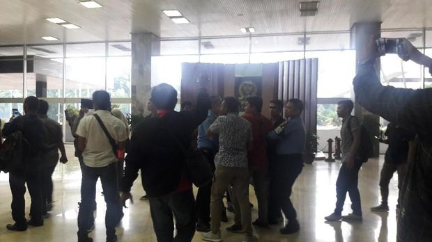 Pamdal DPR dan para mahasiswa itu terus bersitegang.