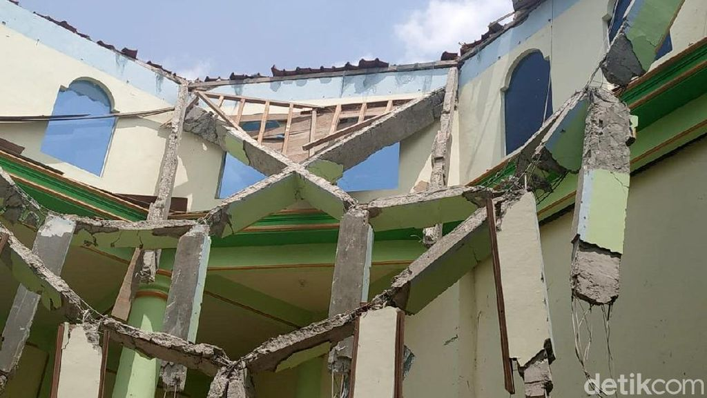 Potret Atap Masjid di Rembang yang Roboh 2 Pekan Usai Diresmikan