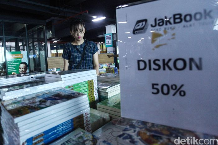 Seorang warga tengah mencari buku di bazar wisata buku di Pasar Kenari, Jakarta. Selasa (3/12/2019).