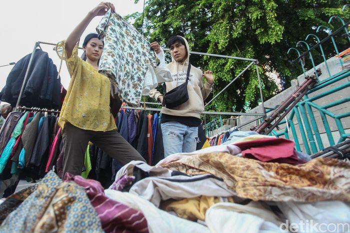 Warga tengah memilih baju yang dijajakan oleh PKL Senen.