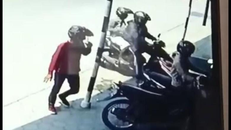 Terekam CCTV! Komplotan Maling Gasak Rp 50 Juta dalam Jok Motor