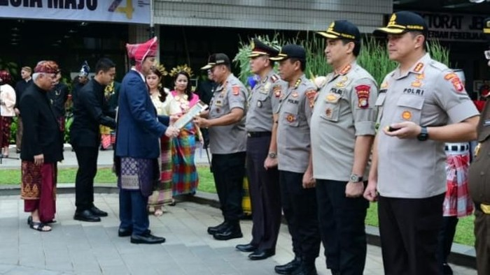 Kementerian PUPR memberi penghargaan kepada Kapolda Lampung. (Foto: Dok. PUPR)
