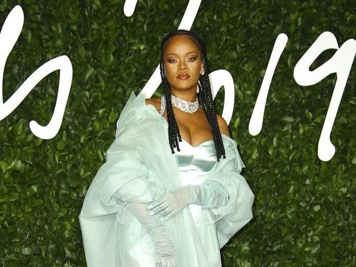 Rihanna hadiri Britain Fashion Awards.