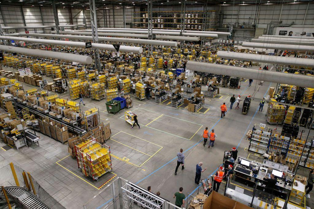 Amazon punya banyak gudang di berbagai negara. Ini salah satunya yang berlokasi di Peterborough, Inggris. Foto: Getty Images