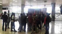 Gelar Aksi di Dalam DPR, Sejumlah Mahasiswa Diamankan Pamdal