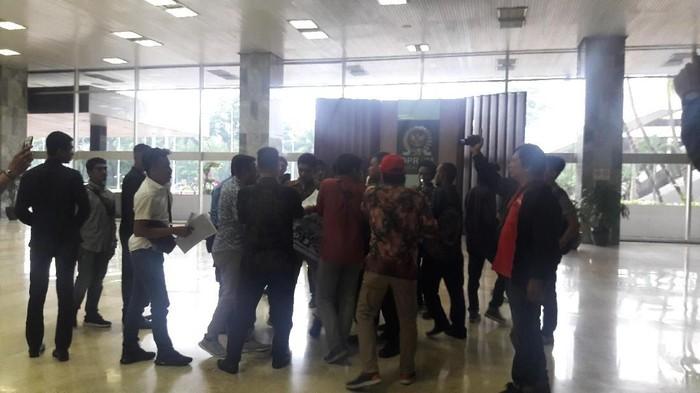 Sejumlah orang yang mengaku dari Koalisi Mahasiswa Peduli Bangsa (Koma PB) tiba-tiba menggelar aksi di dalam gedung DPR, Senayan, Jakarta. (Marlinda/detikcom)