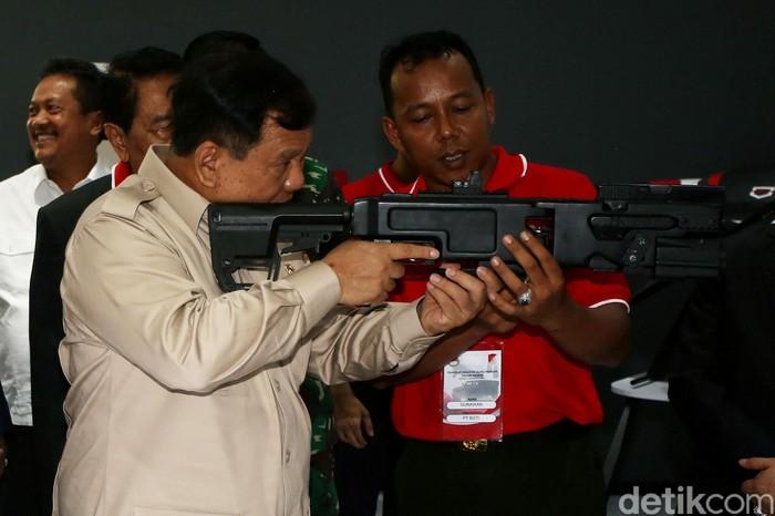 Foto ilustrasi Menhan Prabowo Subianto saat memegang senjata. (Agung Pambudhy/detikcom)