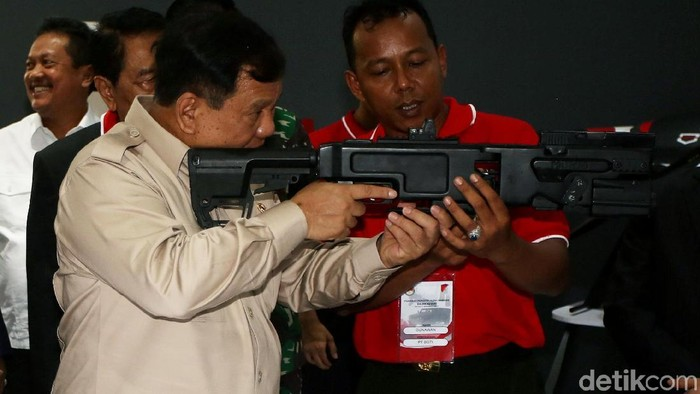 Foto: Menteri Pertahanan (Menhan) Prabowo Subianto meninjau pameran alutsista di Kemhan, Jakarta Pusat (Agung Pambudhy)