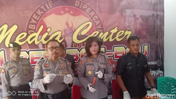 Polisi menggelar jumpa pers soal pembunuhan istri oleh suami di Baubau. (Siti/detikcom)