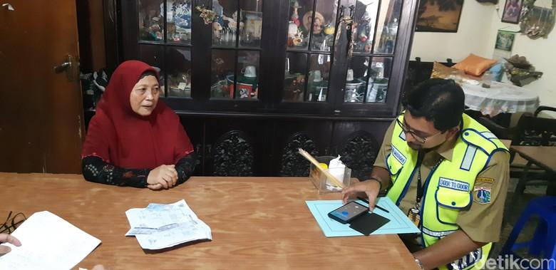Aulia Martino yang tinggal di Jl. Cilandak Dalam, Jakarta Selatan tercatat menunggak pajak Mercedes-Benz E 400 AT senilai Rp 46,5 juta. Foto: Ridwan Arifin