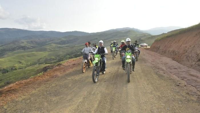 Foto: DOK. ISTIMEWA/Bupati Luwu Utara (Lutra), Sulsel, Indah Putri Indriani meninjau progres pembangunan jalur menuju wilayah terisolasi Kecamatan Seko
