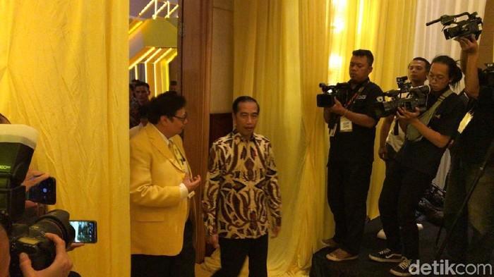 Presiden Jokowi tiba di lokasi Munas Golkar di Hotel Ritz-Carlton, Kuningan, Jakarta Selatan. (Gibran/detikcom)