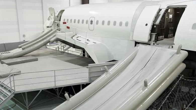 Ilustrasi Escape Slide Pesawat dalam keadaan terkembang sempurna (Foto: iStock)