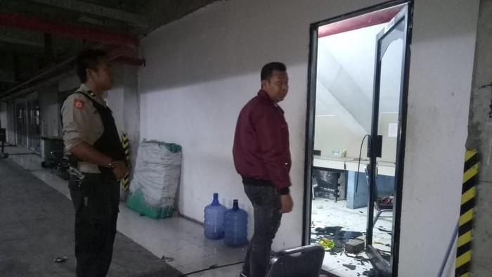 Kondisi pos keamanan Unifa Makassar yang diserang sejumlah orang tak dikenal. (Foto: Hermawan Mappiwali/detikcom)