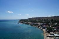 Berputar arah, terlihat jalan dan pemukiman warga yang berderet di pesisir laut. (Syanti/detikcom)