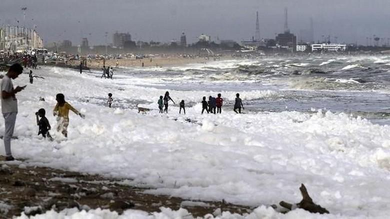 Pantai Marina Chennai di India, tertutup busa. (AP Photo/R.Parthibhan/CNN)