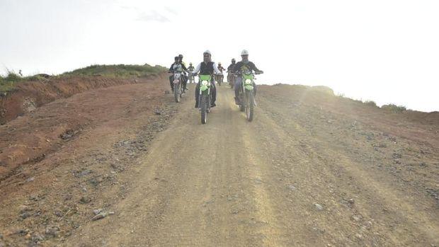 Bupati Luwu Utara (Lutra), Sulsel, Indah Putri Indriani meninjau progres pembangunan jalur menuju wilayah terisolasi Kecamatan Seko