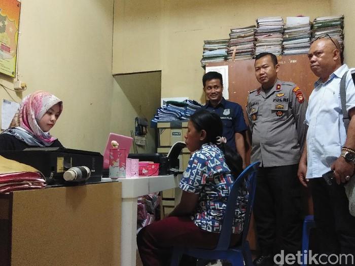 Foto: M (36), emak-emak di Makassar yang paksa anak mengemis untuk bayar arisan diamankan polisi. (Hermawan-detikcom)