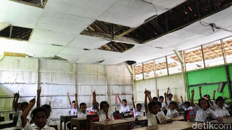 Menyedihkan, Siswa SD Ini Belajar di Kelas yang Nyaris Ambruk
