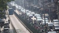 Padahal menerobos jalur bus TransJakarta dapat membahayakan nyawa.