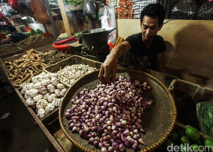Pedagang bawang merah menggelar dagangannya di salah satu pasar di Jakarta, Selasa (3/12/2019).