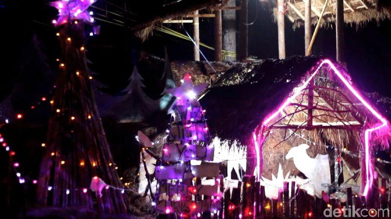 Menyambut liburan Natal, sekelompok pemuda kreatif di Mamasa, Sulawesi Barat menyulap kawasan hutan pinus jadi destinasi wisata Instagramable bernama Kampung Natal. (Abdy Febriady/detikcom)