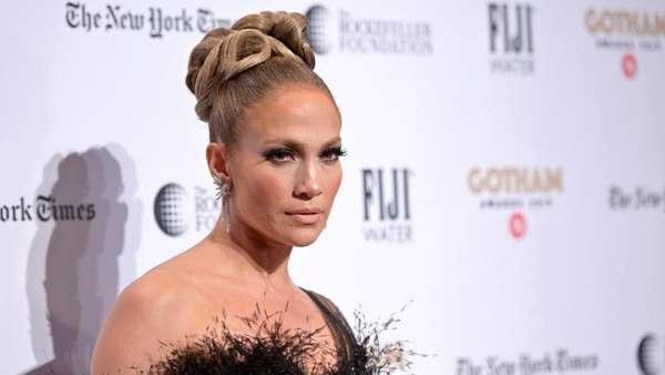 Gaun Hitam Menerawang Jennifer Lopez