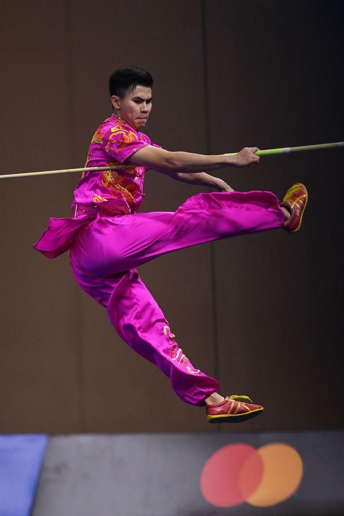 Atlet wushu Indonesia Edgar Xavier Marvelo beraksi pada nomor Wushu Gunshu Putra SEA Games ke-30. ANTARA FOTO/Nyoman Budhiana.
