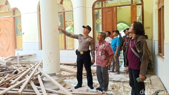Atap masjid Jami Baitul Mamur, Rembang roboh. Foto: Arif Syaefudin/detikcom
