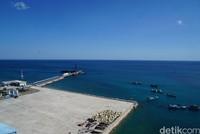 Pemandangan Pelabuhan Baa Rote dari ketinggian 45 meter. (Syanti/detikcom)