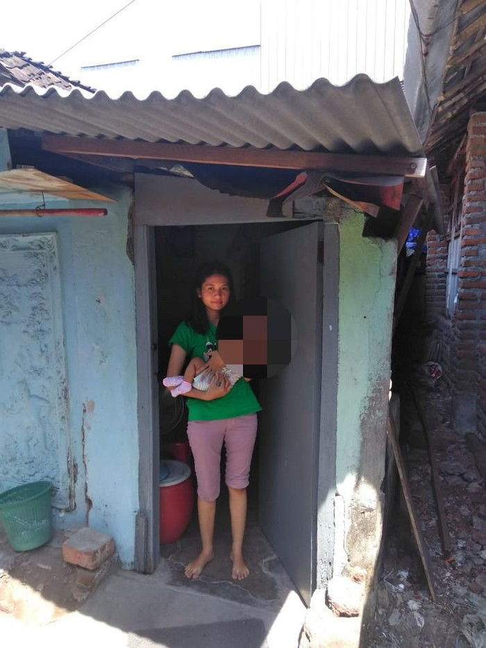 Dina Oktavia (21) sedang menggendong bayinya/Foto: Amir Baihaqi