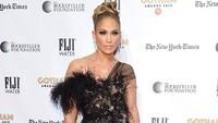 Jennifer Lopez kembali tampil seksi di sebuah acara di New York. (Noam Galai/Getty Images for FIJI Water)