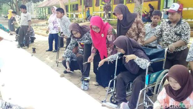 Ratusan siswa SLB Negeri Batang membatik sak karepe.