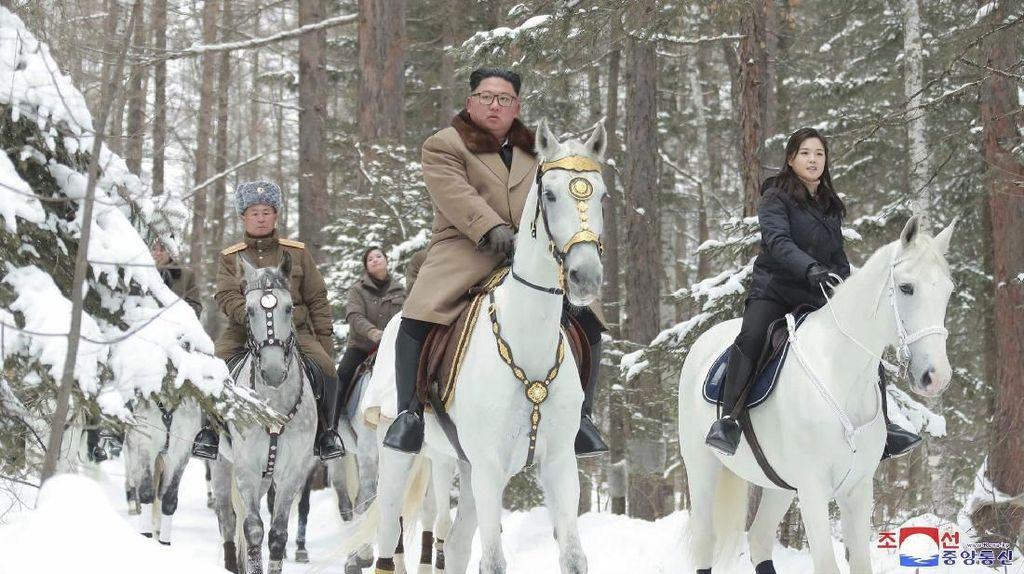Saat Kim Jong-Un Berkuda Putih Kunjungi Gunung Suci Ditemani Istri
