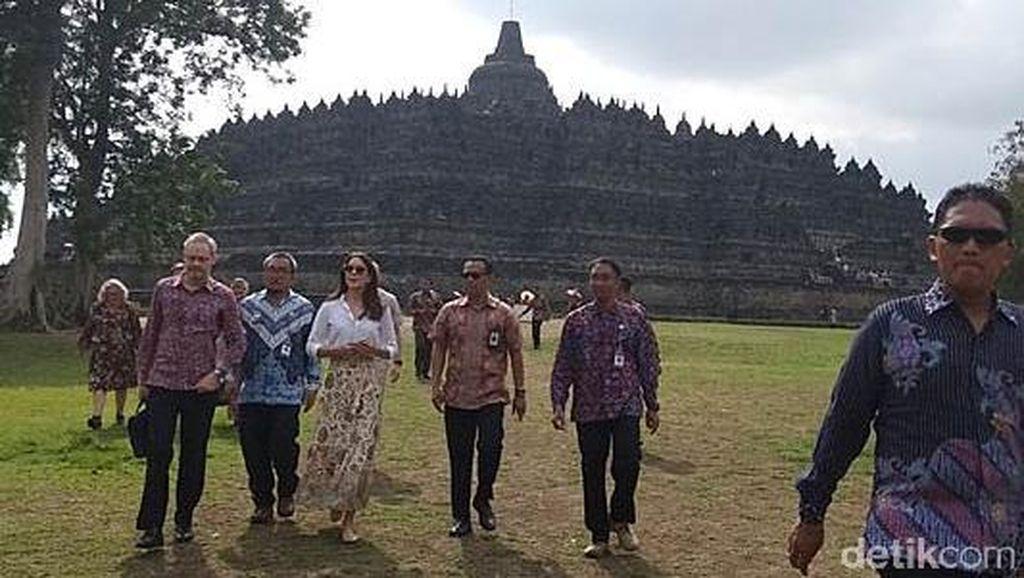 Gaya Putri Mahkota Denmark Saat Berkunjung ke Candi Borobudur