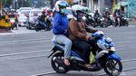 Nekat! Pemotor Terobos Palang KA di Jakarta